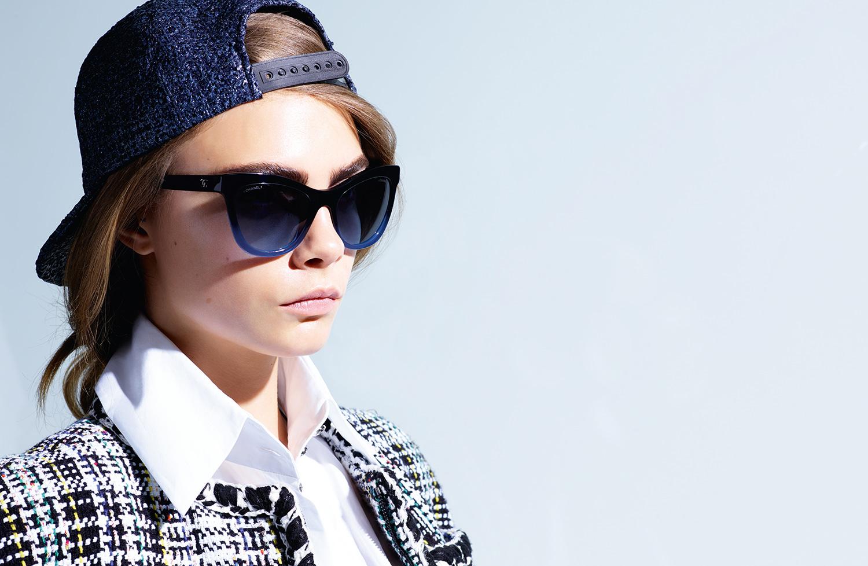 Cara Delevingne tape la pose pour les nouvelles lunettes Chanel ... 67b968015261