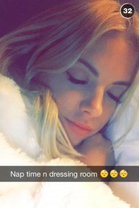 Ashley Benson pour Snapchat